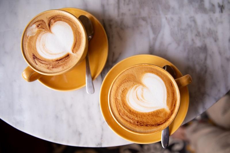 dwie kawy na kamiennym stoliku